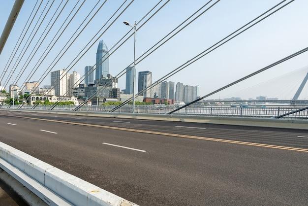 Spoorbrug en snelweg in ningbo, china