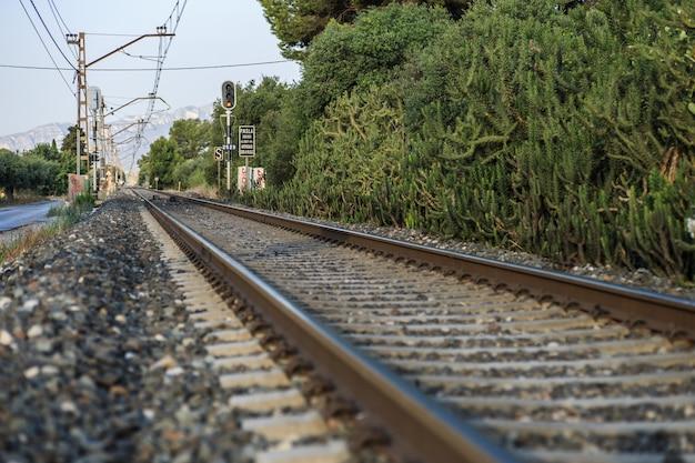Spoorlijn die door bergen leidt.