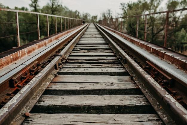 Spoorlijn die zich uitstrekt in de verte tot de brug