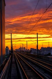 Spoorlijn en zonsopgang