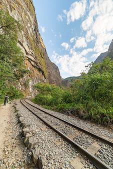 Spoorlijn naar machu picchu langs urubamba-vallei