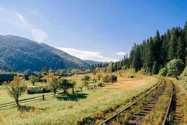 Spoorlijn tussen prachtig landschap.