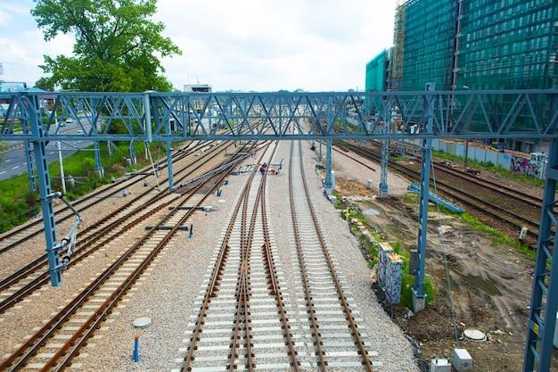 Spoorlijnen dichtbij de kruising van dichtbij.
