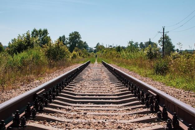 Spoorlijnen en grind leiden naar de oneindige afstand.