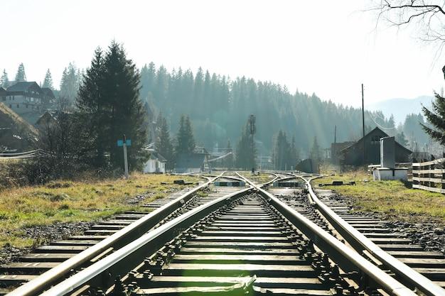 Spoorlijnen in bergstad in zonnige dag