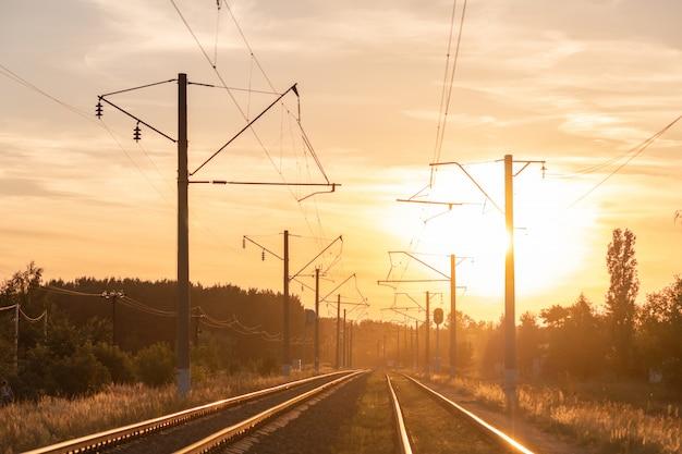 Spoorweg bij zonsondergang zonder trein. mooi perspectiefmening aan spoorweg.