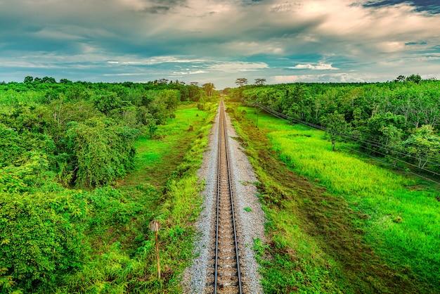 Spoorweg en spoorwegtreinvervoer met kleur van hemelzonlicht