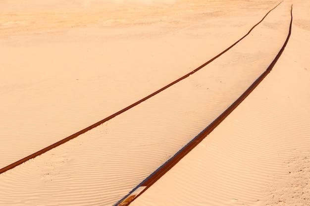 Spoorweg in het zand dat zich uitrekt