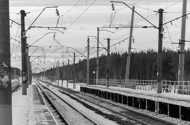 Spoorweg met naderende elektrische passagierstrein
