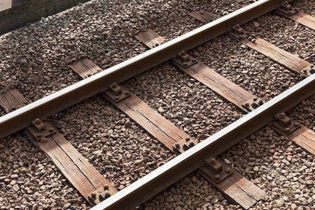 Spoorweg of spoorweg de structuur van het blokspoor, het ijzer van de treinspoorweg, close-up, technologieconcept