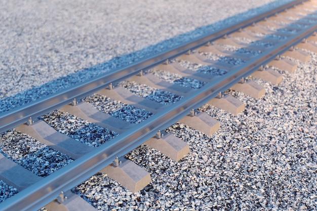 Spoorweg of spoorweg, stalen spoorweg voor treinen. spoorwegreizen, spoorwegtoerisme. vervoer concept. 3d-afbeelding