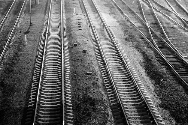 Spoorweg 's nachts, zwart en wit