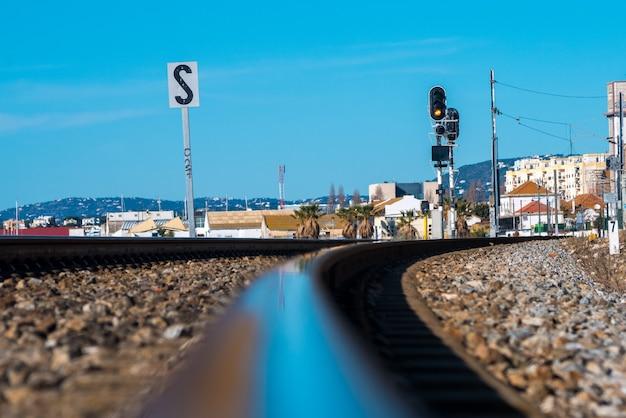 Spoorweg van faro naast de zee