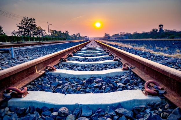 Spoorweg van trein van ochtend in platteland