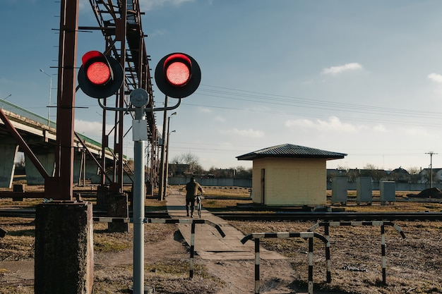 Spoorweg voetgangersoversteekplaats knipperend verkeerslicht