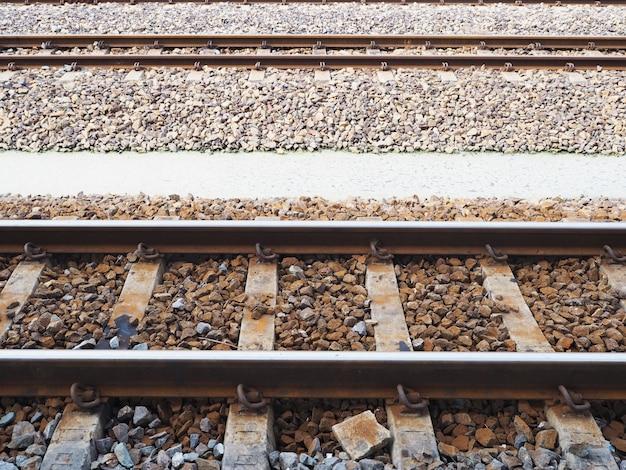 Spoorwegen volgen in het station van treinen