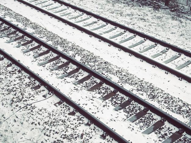 Spoorwegfragment bedekt met verse sneeuw