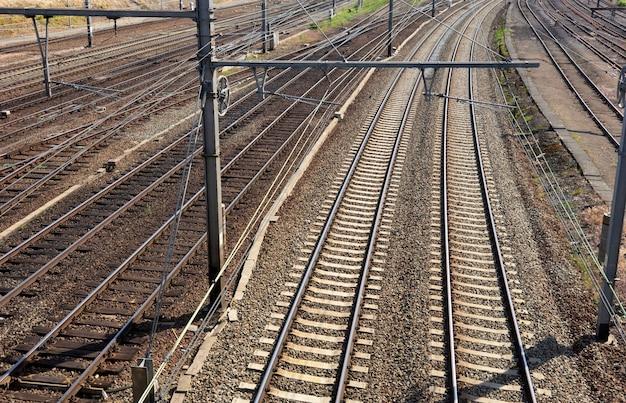 Spoorweggebied met sporen en draden
