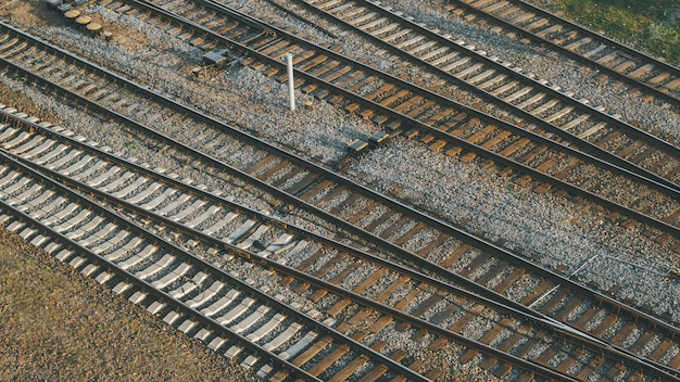 Spoorwegknooppunt met veel treinsporen, vlakbij het treinstation in de stad