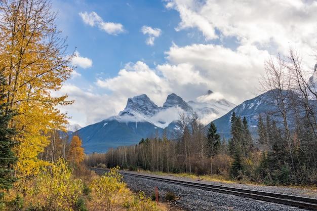 Spoorweglandschap in de herfstseizoen