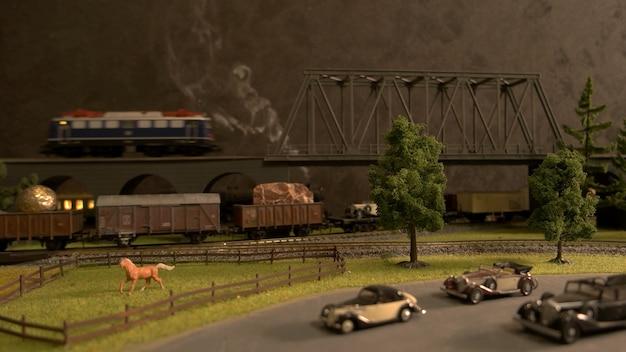 Spoorwegmodel en retro auto's.