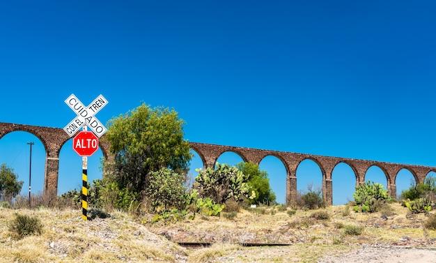 Spoorwegovergang bij het aquaduct van padre tembleque. unesco-werelderfgoed in mexico