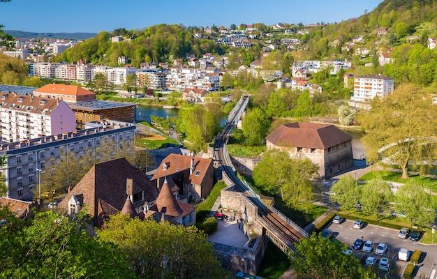 Spoorwegovergang van de rivier de doubs in besancon - frankrijk