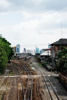 Spoorwegsporen bij hua lampong-post in bangkok thailand