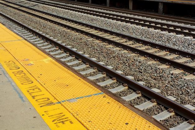 Spoorwegstation volgt vrachtplatformstreinen