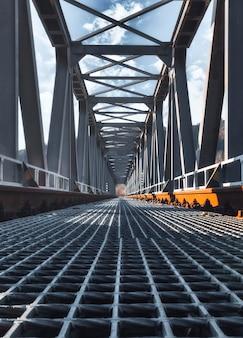 Sporen op de stalen spoorbrug