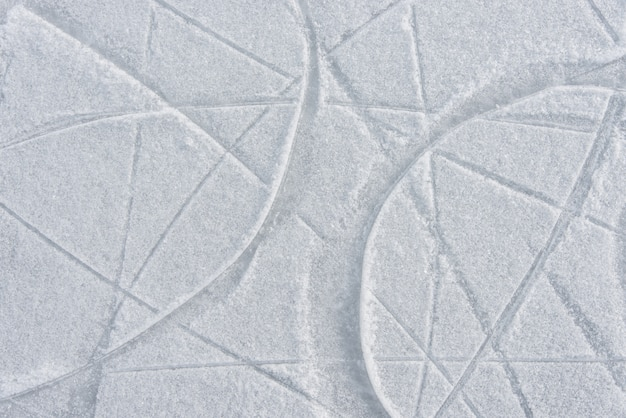 Sporen op het ijs van schaatsen op de ijsbaan
