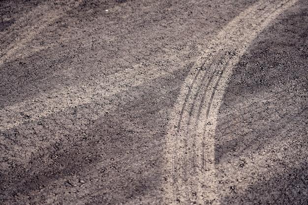Sporen van autobanden op het nieuwe asfalt.