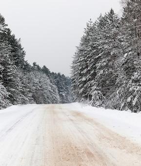 Sporen van het loopvlak van een autoband in de sneeuw in het winterseizoen