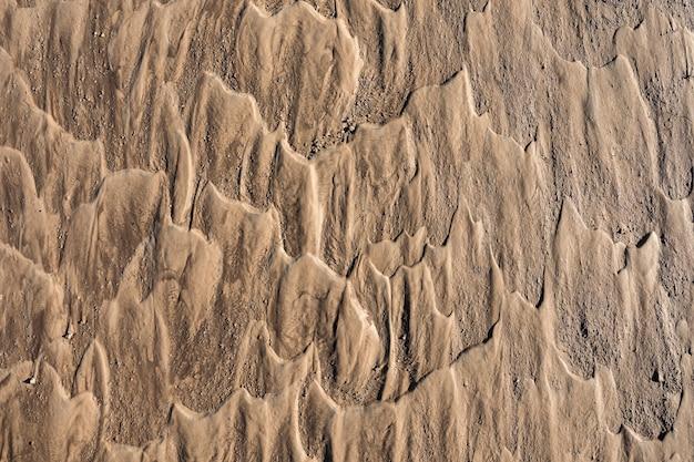 Sporen van stromend water op het zand