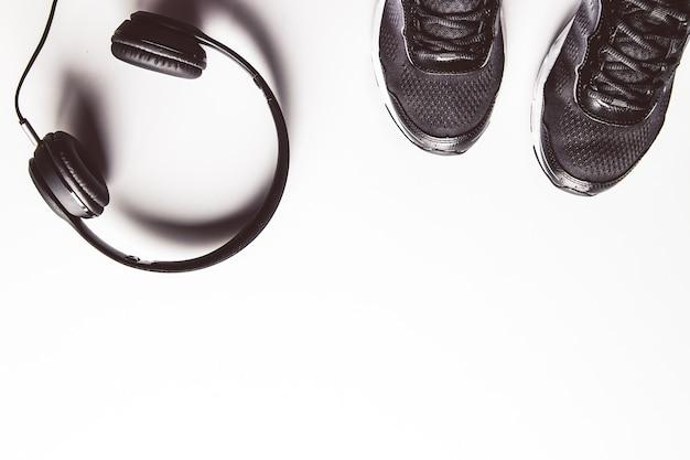 Sport achtergrond. witte koptelefoon. kopieer ruimte voor tekst.