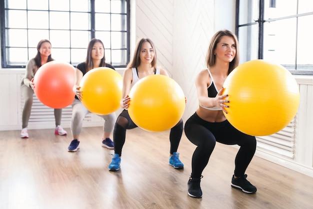 Sport binnen, fitness in de sportschool, fitness in de sportschool