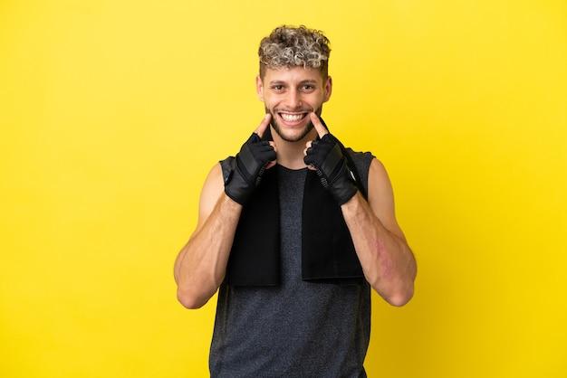 Sport blanke man geïsoleerd op gele achtergrond glimlachend met een vrolijke en aangename uitdrukking