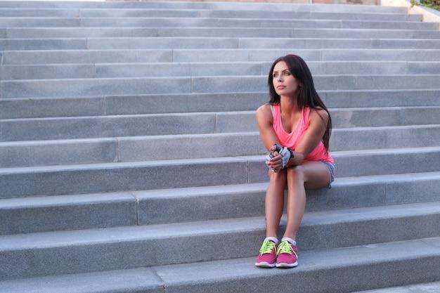 Sport buiten, vrouw op trappen
