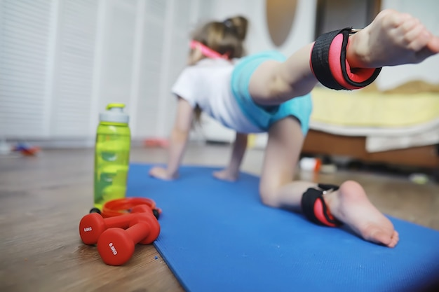 Sport en gezonde levensstijl. kind sporten thuis. yogamat halter en springtouw. sportachtergrond met het concept van huisoefeningen.