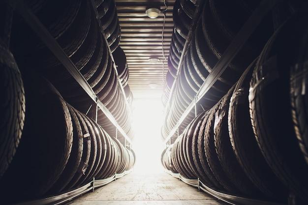 Sport- en transportbanden rubberproducten, groep nieuwe banden te koop in een bandenwinkel.