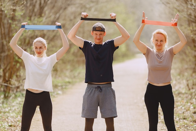 Sport familie training in een zomer bos