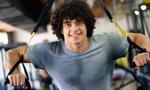 Sport, fitness, bodybuilding, lifestyle en mensenconcept - man die traint in de sportschool