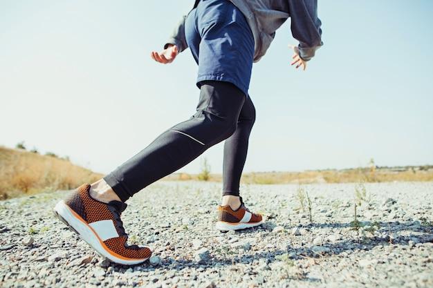 Sport hardlopen. man loper sprinten buiten in de schilderachtige natuur.