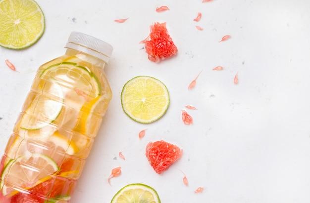Sport isotone drank met citrusclose-up op een witte achtergrond