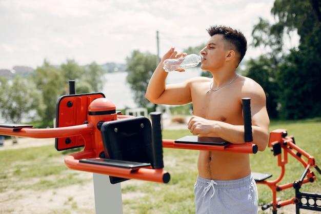 Sport man in een ochtend zomer park