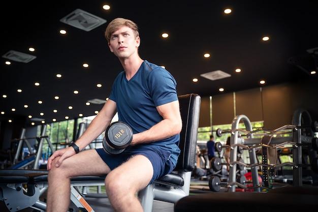 Sport man met halter tijdens een oefening klasse in een sportschool