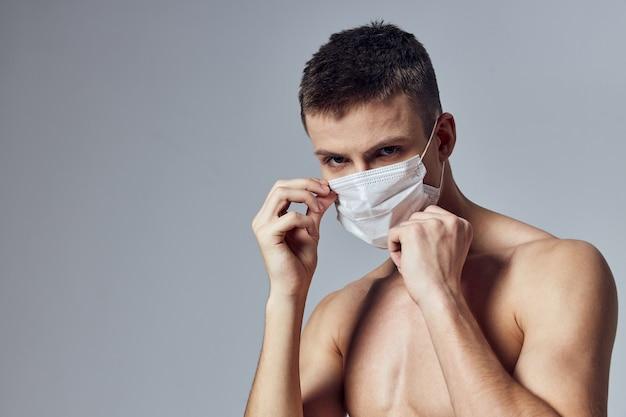 Sport man naakt romp medische masker sportschool sportschool levensstijl