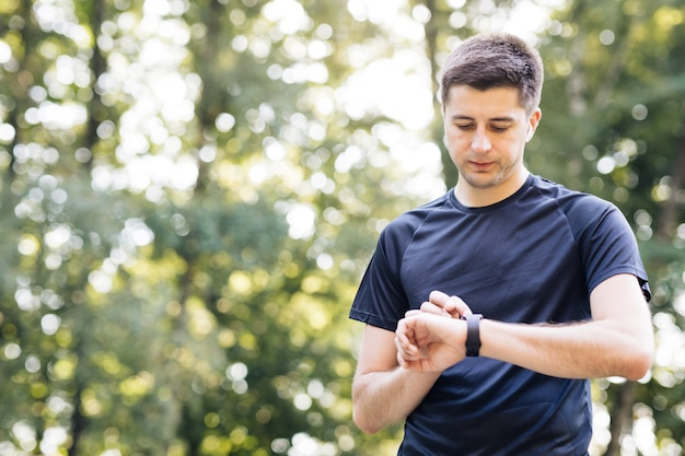 Sport man op zoek naar slim horloge