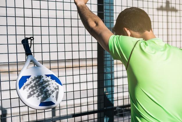 Sport man rust uit het spelen van padel