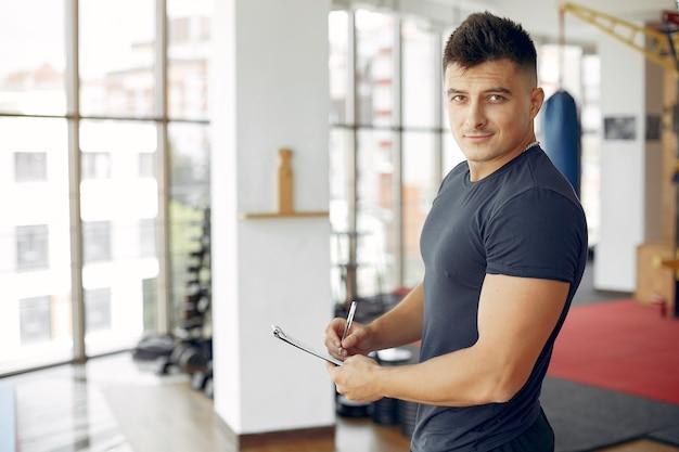Sport man tijd doorbrengen in een ochtend sportschool